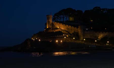 Night scene of medieval castle on the beach in girona, 2018 Standard-Bild