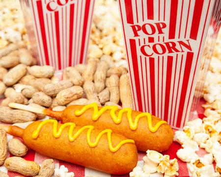 perro caliente: Clásico merienda parque de béisbol americano que incluye dos deliciosos perros de maíz con montones de palomitas de maíz y maní