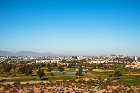 ave fenix: Hermosa vista aérea de la ciudad de Phoenix, Arizona, EE.UU. con un campo de golf en el primero plano y el centro de los edificios en el fondo. Imagen tomada desde las montañas Papago.