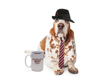 バセットハウンド犬の面白い写真は、世界で最高のお父さんを言ってコーヒー カップと父の日に男に扮した。