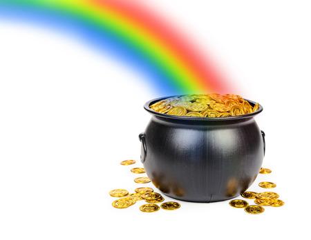 Grote zwarte pot gevuld met gouden munten aan het eind van een kleurrijke regenboog met ruimte voor tekst Stockfoto