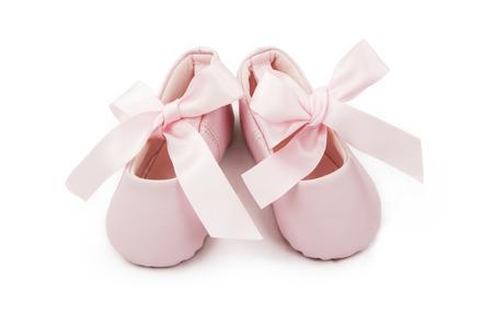 Pares de pequeños bootoes bailarina de bebé de color rosa con cintas atadas en un arco Foto de archivo - 53430963