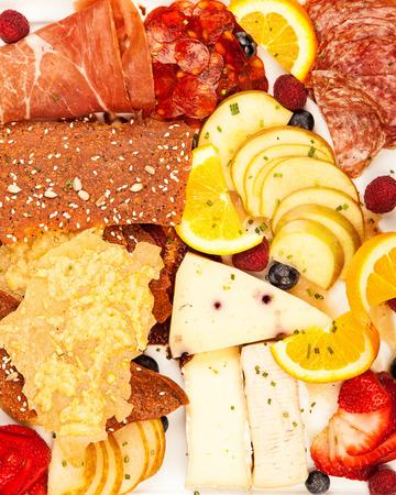 charcuter�a: Gran plato de carnes embutidos variados, queso y fruta