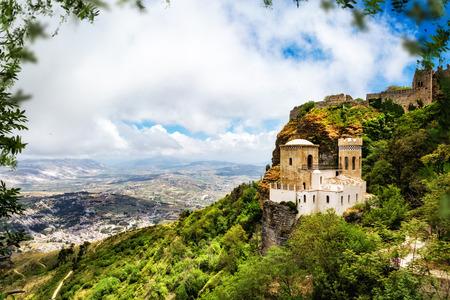 시칠리아, 이탈리아에서 트 라파 니 마을을 내려다 보이는 마운트 Erice 상단에 노르만 어 성의 역사적인 랜드 마크