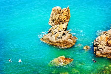 Cefalu, 시칠리아, 이탈리아에서 맑은 푸른 지중해 바다 물에서 수영과 스노클링을 식별 할 관광객 스톡 콘텐츠