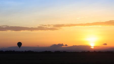 Belle scène du lever du soleil sur les plaines ouvertes du Kenya, en Afrique avec une montgolfière se levant à l'horizon Banque d'images - 92445925