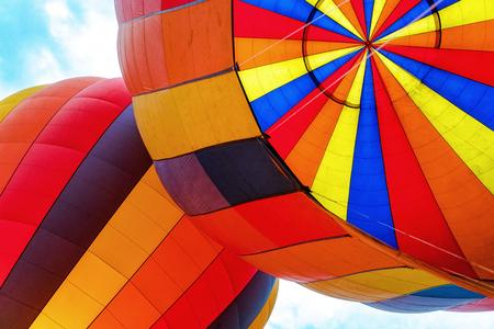 2つのカラフルな熱気球の内側を見上げるクローズアップ写真