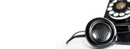Nahaufnahmefoto des Mikrofons auf dem Hörer eines altmodischen Wähltelefons. Web-Banner mit Platz für Text. Standard-Bild - 99224336
