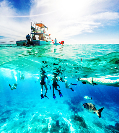 Group of friends on a Carribean Sea adventure with party boat, snorkeling and scuba diving Stockfoto - 100972811