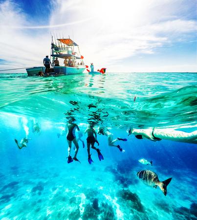 Gruppe von Freunden auf einem Abenteuer in der Karibik mit Partyboot, Schnorcheln und Tauchen