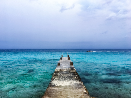 Old pier leading out to the turquoise blue water of the Caribbean sea 版權商用圖片