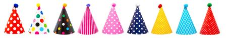 Reihe von neun bunten festlichen Geburtstagshüten mit verschiedenen Mustern und Pompons