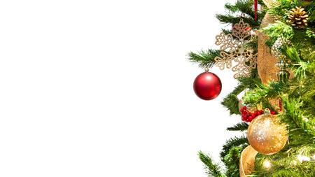 Nahaufnahme verzierter Weihnachtsbaum mit Fokus auf rotem hängendem Ornament isoliert auf weißem Website-Header mit Platz für Text Standard-Bild