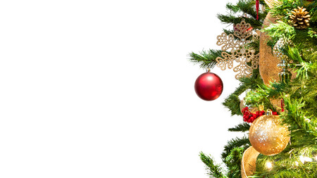 Primer árbol de Navidad decorado con enfoque en adornos colgantes rojos aislados en el encabezado del sitio web blanco con espacio para texto Foto de archivo
