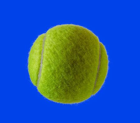 青の背景に分離した新しいテニス ボール 写真素材