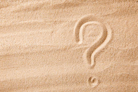 The question mark is sand painted on sand. Symbol of choice and doubt Banque d'images