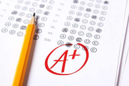 Die gute Note A plus (A+) wird mit rotem Stift auf die Prüfungen geschrieben. Standard-Bild