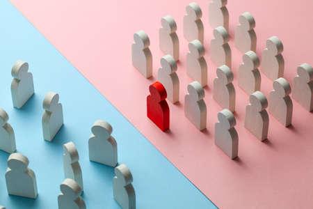 Le conflit entre les deux équipes commerciales. Un groupe de personnes avec un leader se tient comme une unité, et l'autre groupe de personnes se tient comme une foule.