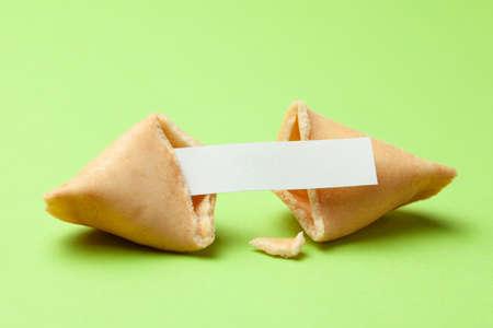 Chinesische Glückskekse. Kekse mit leerem Leerzeichen im Inneren für Vorhersagewörter. Grüner Hintergrund