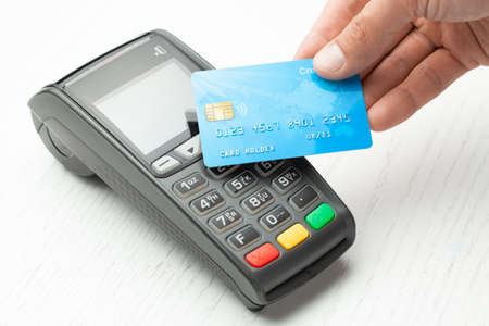 Contactless payment by credit card. POS terminal NFC payment. Concept of how to choose payment method for shopping in a store Standard-Bild - 127410413
