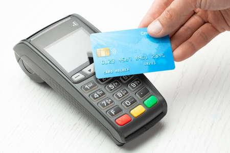 Kontaktlose Zahlung per Kreditkarte. POS-Terminal NFC-Zahlung. Konzept zur Auswahl der Zahlungsmethode für den Einkauf in einem Geschäft