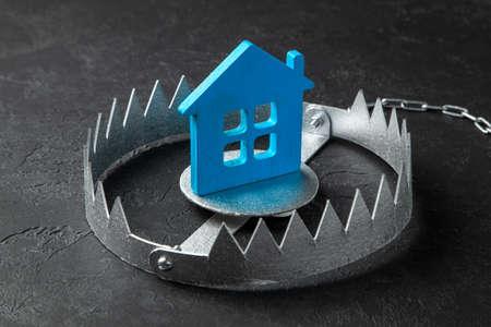 Trampa con casa de cebo. El riesgo de comprar una casa antigua. Hipoteca peligrosa. Seguro de hogar. Fondo negro