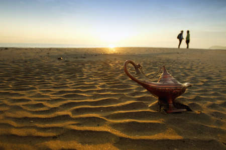 magische Lampe bei Sonnenaufgang am Strand