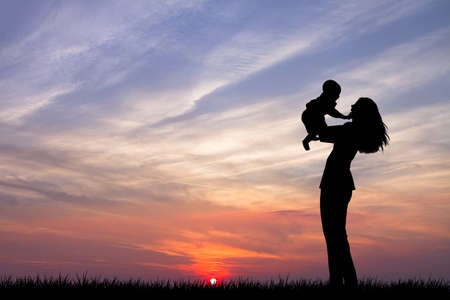 madre e hijo: madre con el beb? en la puesta del sol