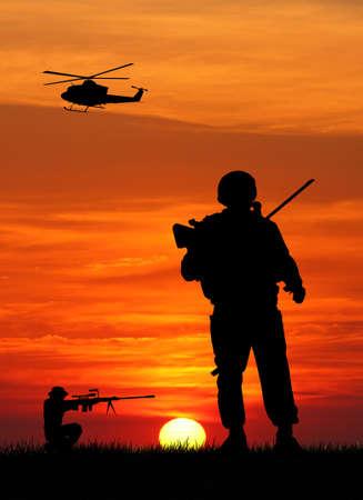 soldados en la puesta del sol