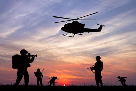 soldados en la puesta del sol Foto de archivo