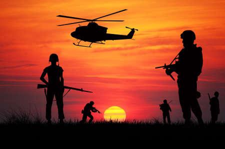 silhouette soldat: soldats au coucher du soleil Banque d'images