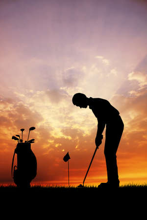 jugador de golf al atardecer photo