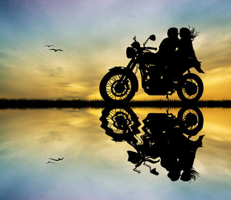 amants: couple s'embrassant sur la moto