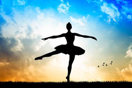 Bailarina en la puesta del sol Foto de archivo - 23677045