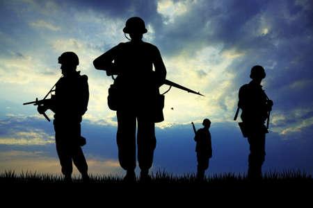 Soldaten silhouet bij zonsondergang