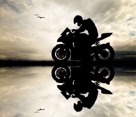 motorrad frau: Man Motorradfahrer bei Sonnenuntergang