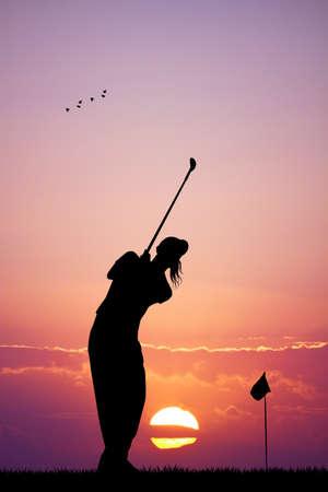 vrouw golfen bij zonsondergang