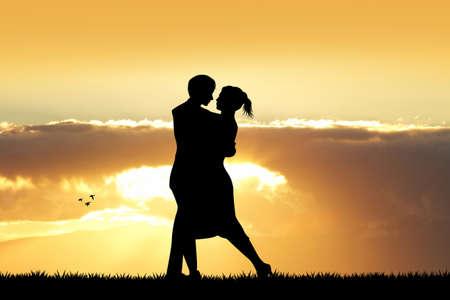 innamorati che si baciano: Gli amanti silhouette al tramonto Archivio Fotografico