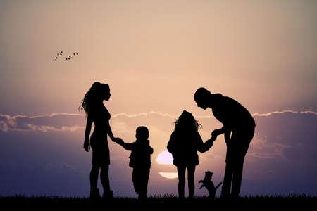 familia feliz con el perro en la puesta del sol