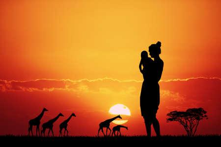 Frau in der afrikanischen Landschaft bei Sonnenuntergang