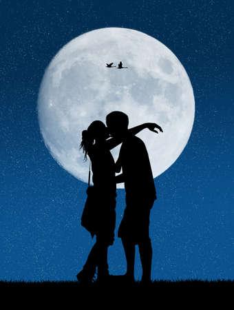 innamorati che si baciano: Amanti al chiaro di luna Archivio Fotografico