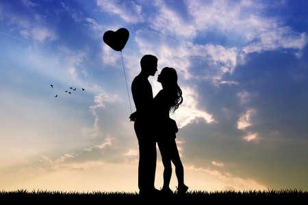 innamorati che si baciano: amanti sagoma al tramonto