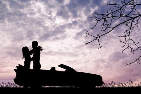 enamorados besandose: amantes que se besan en el coche