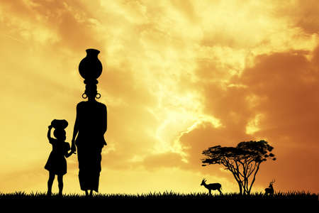 Afrikanische Frau bei Sonnenuntergang