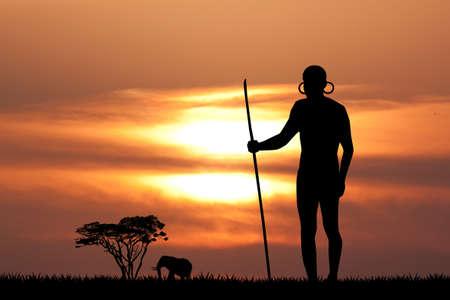 Masai man silhouet bij zonsondergang