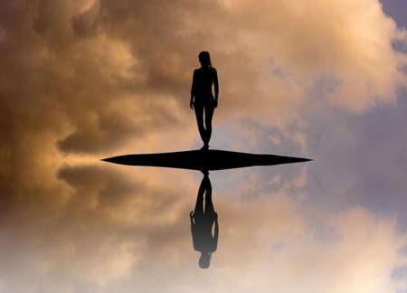 Frau auf der Insel Reflexion im Wasser Standard-Bild - 80775670