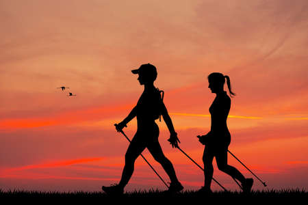 nordic walking bij zonsondergang