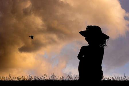 Einsame Frau, die den Sonnenuntergang schaut Standard-Bild - 86967943