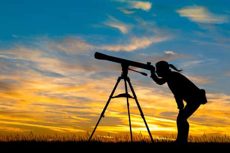 女の子、夕暮れ時の望遠鏡