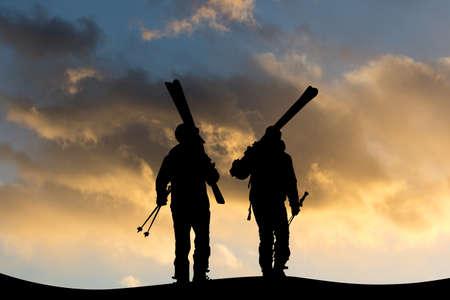 日没時に山の上でスキーヤーの人々のイラスト